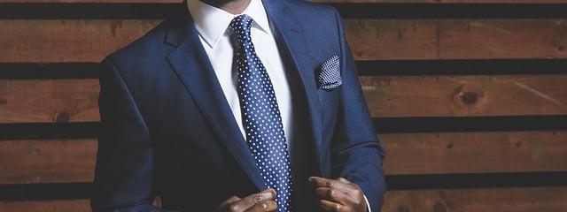Quel pantalon avec une veste bleue marine ?