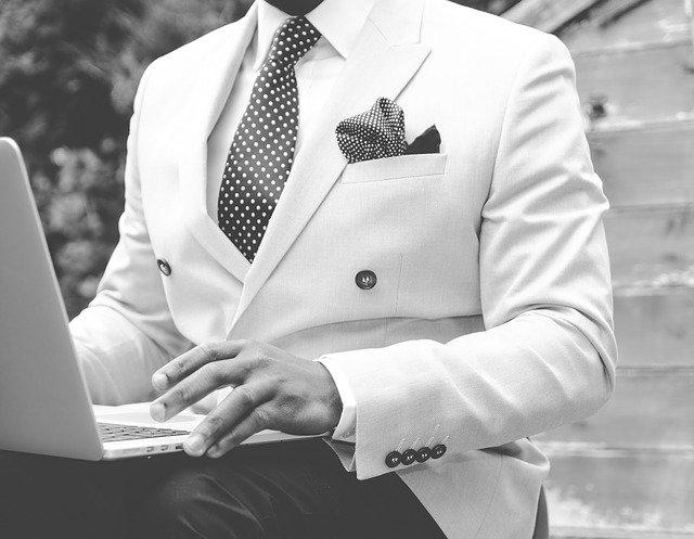 Quelle cravate pour une chemise violette ?